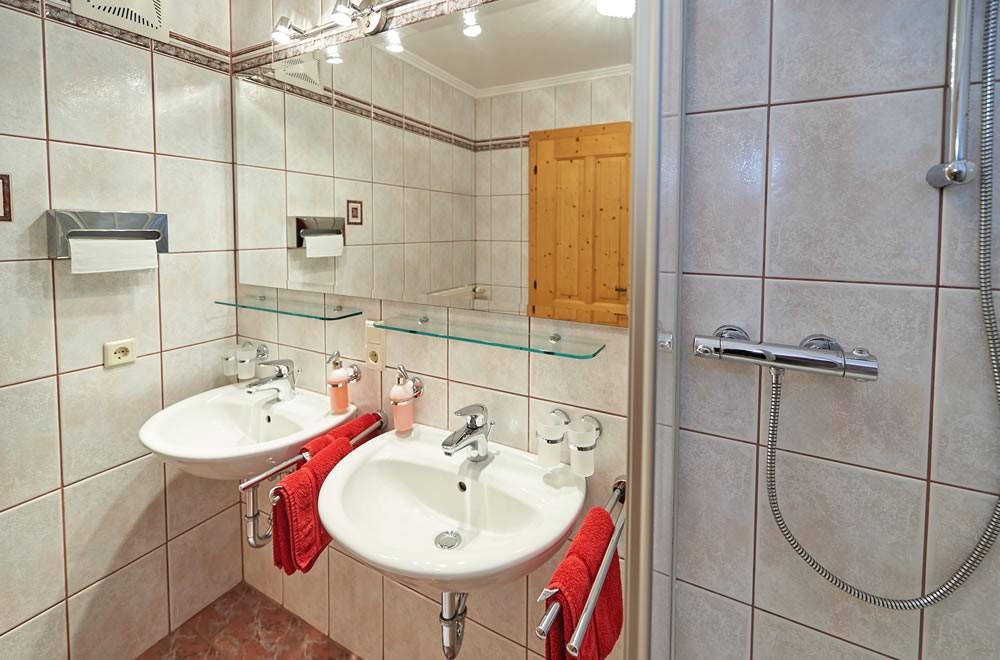 ... Geräumiges Badezimmer Mit 2 Waschbecken Und Dusche ...